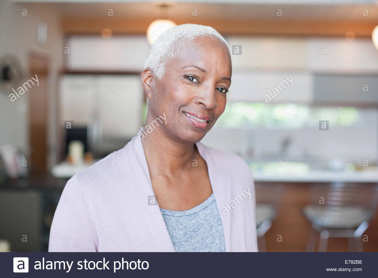 Reife Frau im Haus Stockbild