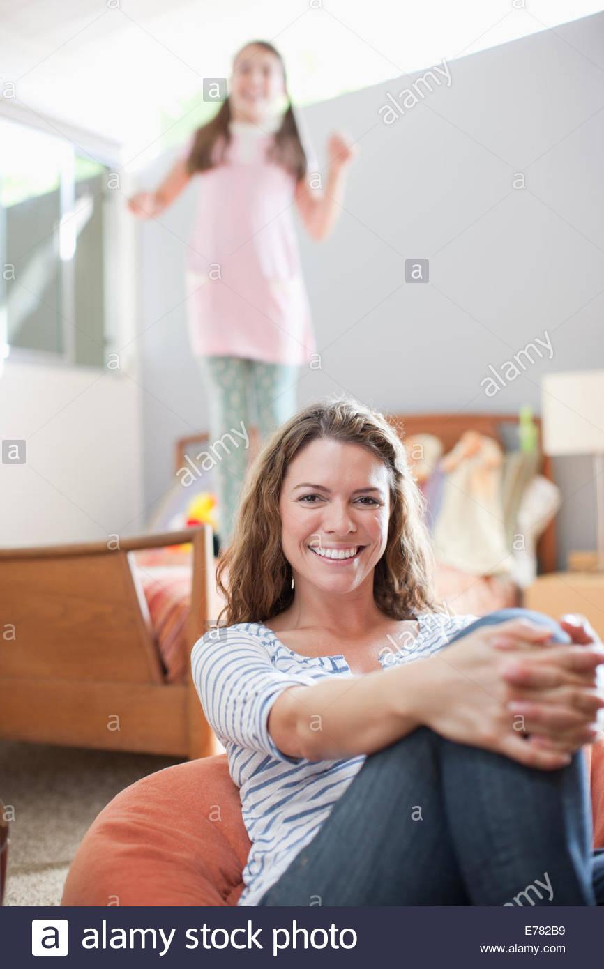 Mutter und Tochter im Haus Stockbild
