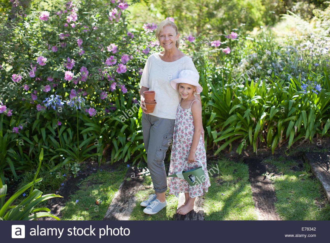 Großmutter und Enkelin im Garten Stockbild