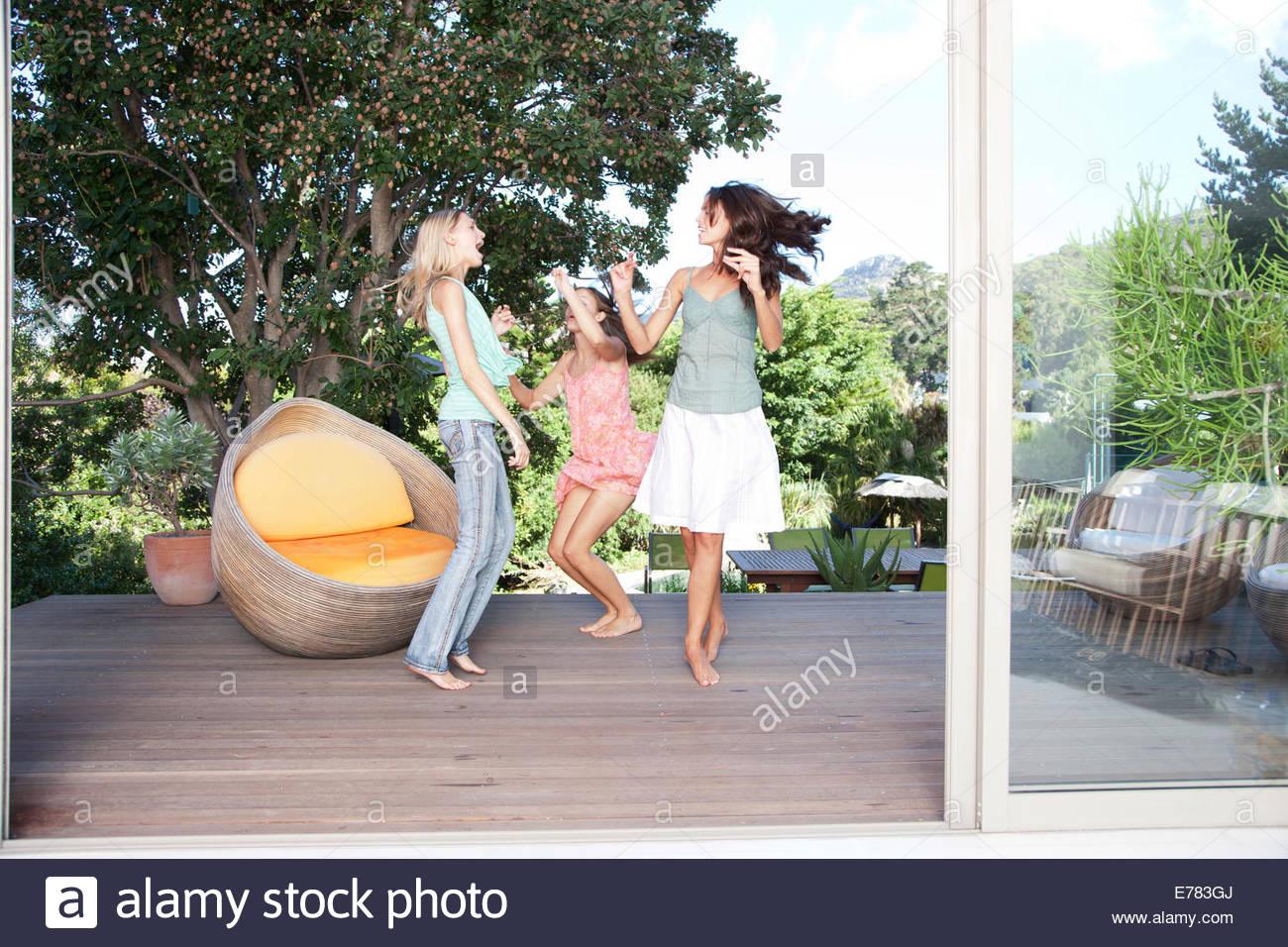 Freunde, tanzen auf dem Deck eines Stockbild