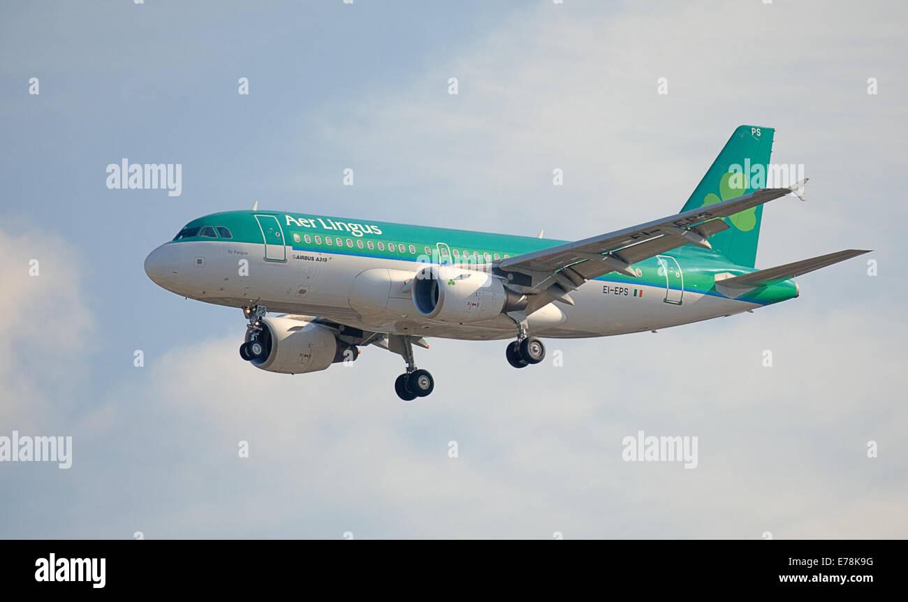 "Aer Lingus Airbus A319 EI-EPS in Land kommen am Flughafen London-Heathrow"" des linksseitigen Reversierhebels Stockbild"