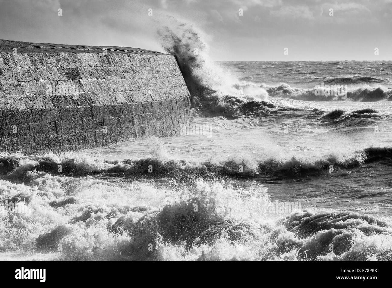 Sturmwellen brechen über den Cobb an Lyme Regis, Jurassic Coast, Dorset, England. Stockbild