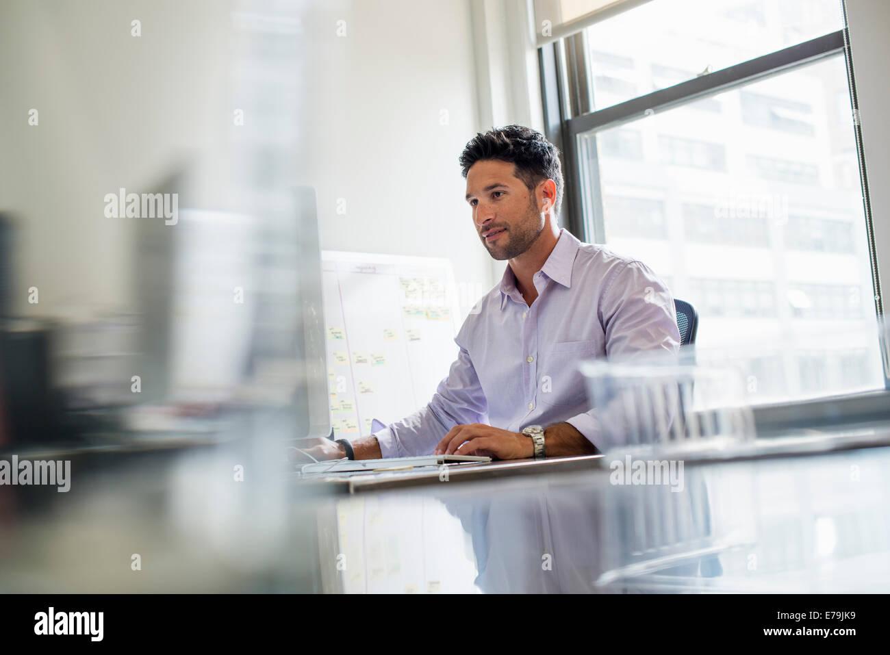 Büroalltag. Ein Mann alleine in einem Büro arbeiten. Stockbild
