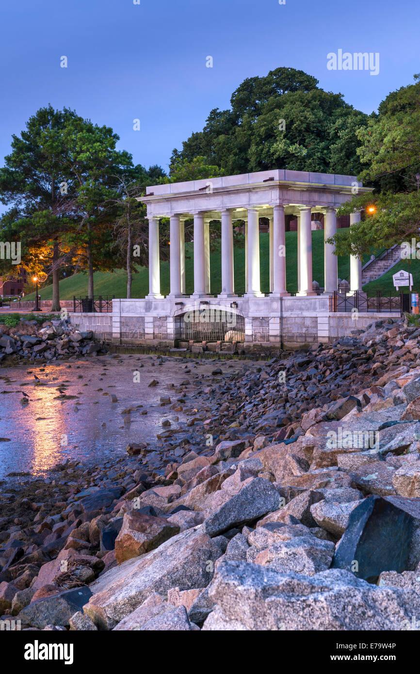 Das Denkmal mit dem Plymouth Felsen, der Stein, auf dem die Mayflower-Pilgims im Jahre 1620 landeten. Massachusetts Stockbild