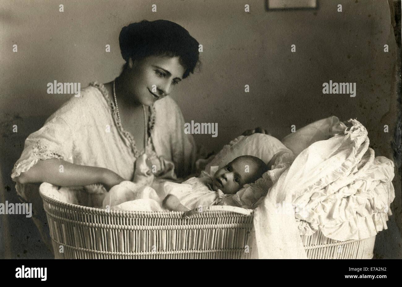 Frau sitzt neben baby stubenwagen portrait ca stockfoto