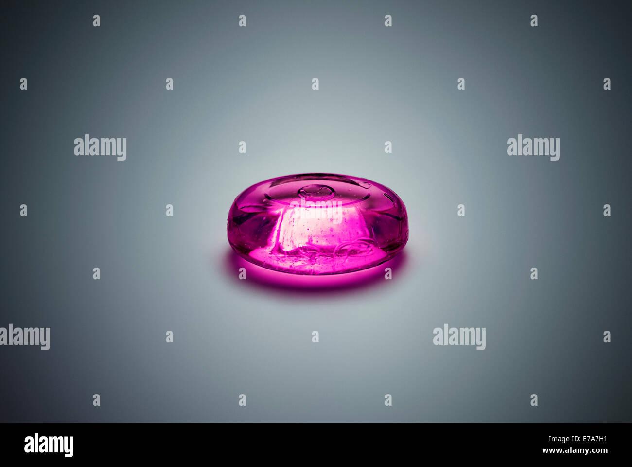 Ein Stück lila Bonbons Stockbild