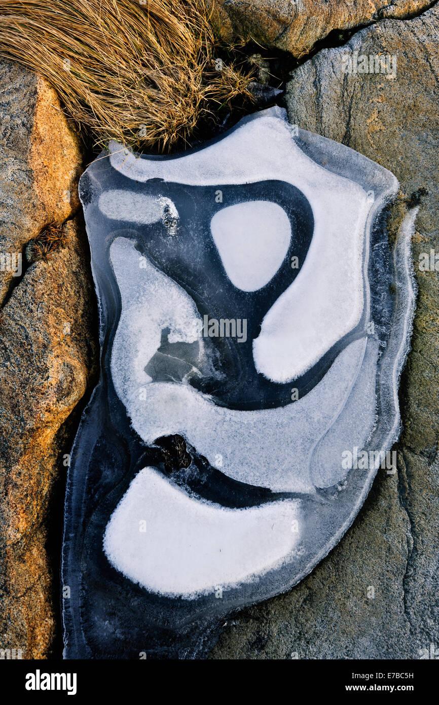 Muster der Raureif auf einem schwarzen Stein Stockbild
