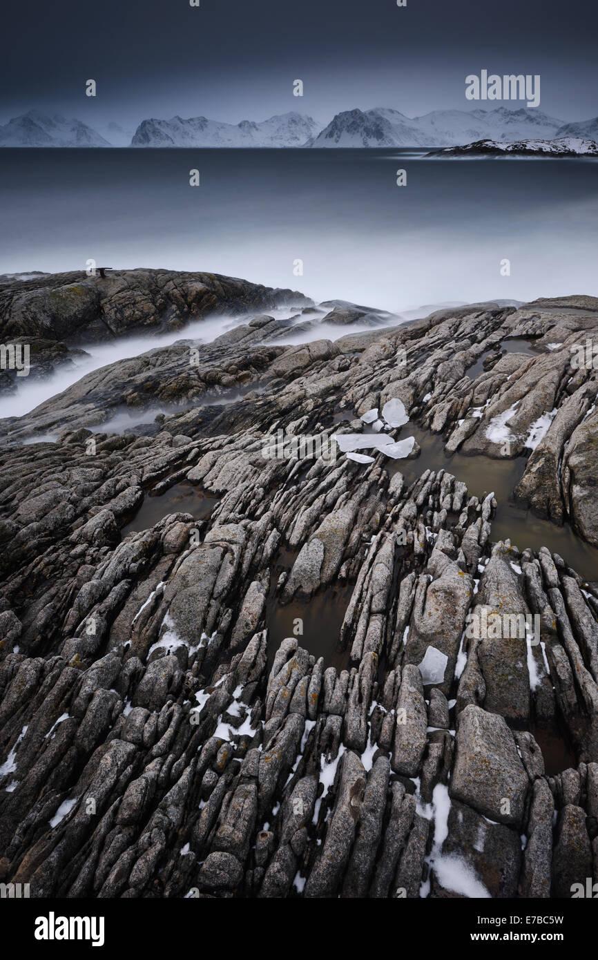 Eisige und steinigen Bach ins Meer. Stockfoto