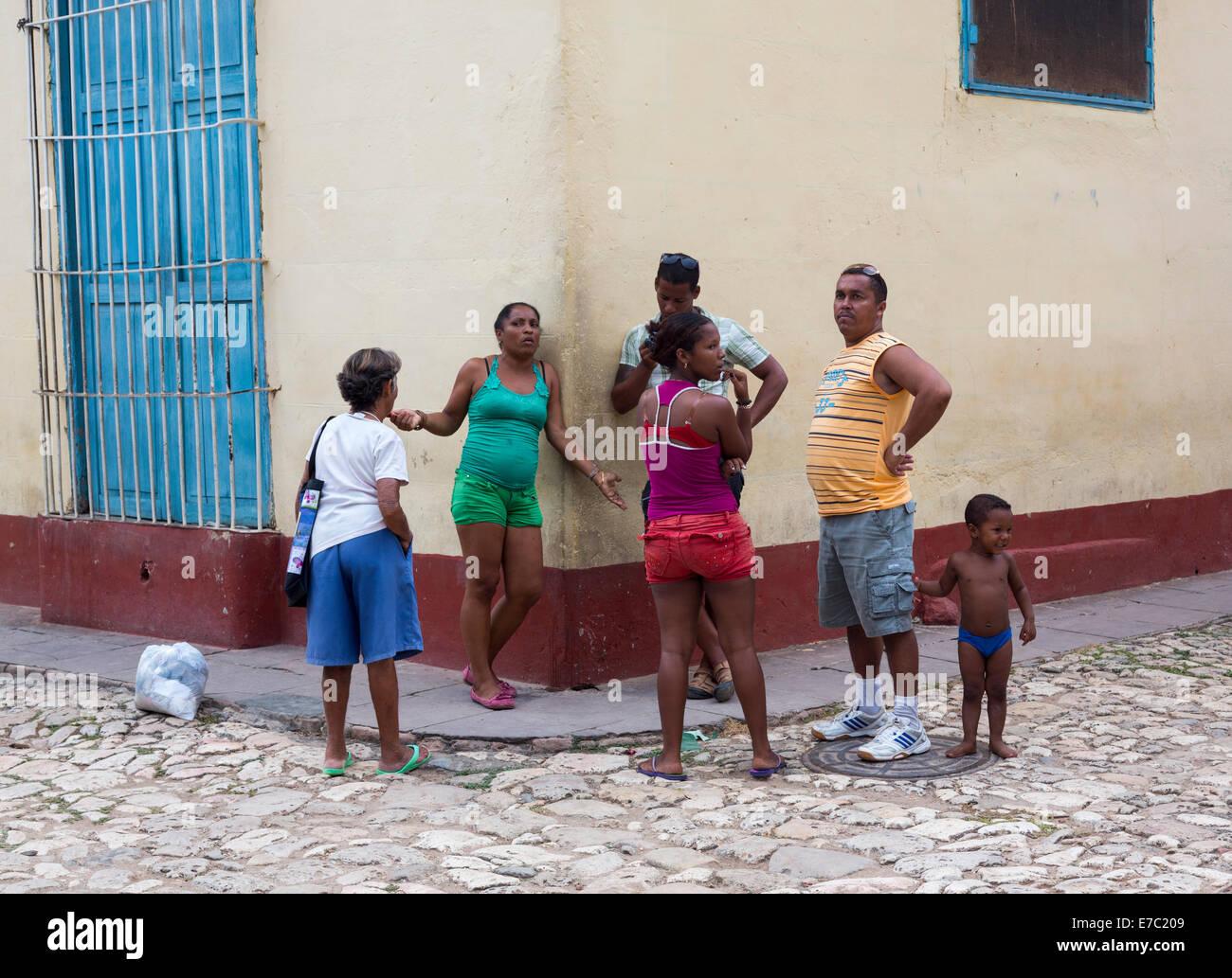 Kubaner sprechen an Straßenecke, Trinidad, Kuba Stockbild