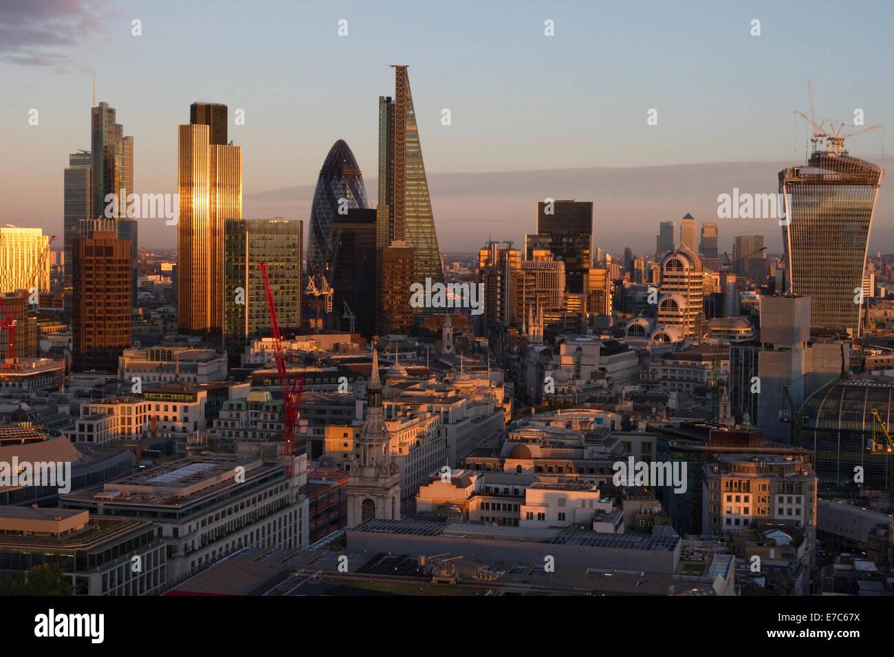 Dieses Bild zeigt einen Blick auf die City of London von der Golden Gallery von St. Pauls Cathedral, London, England, Stockbild