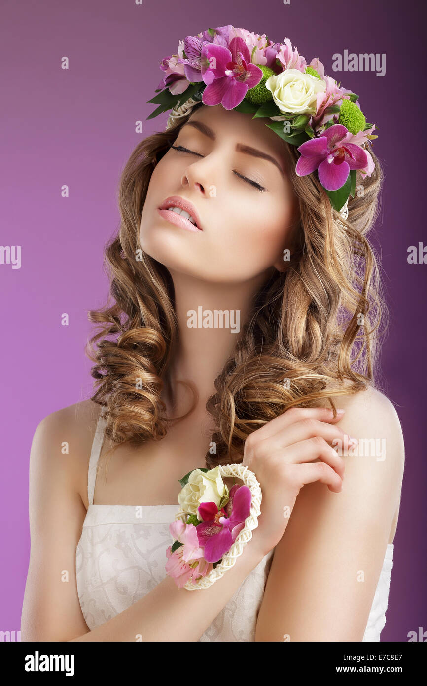 Stimmung. Fantasievolle Frau mit Blumenstrauss träumen. Weiblichkeit Stockbild