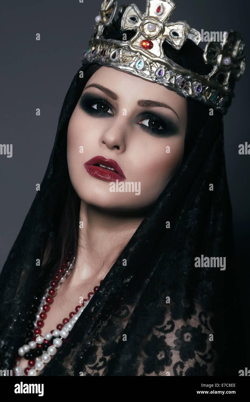 Gesicht der Hexe in Silber Krone mit Juwelen Stockbild