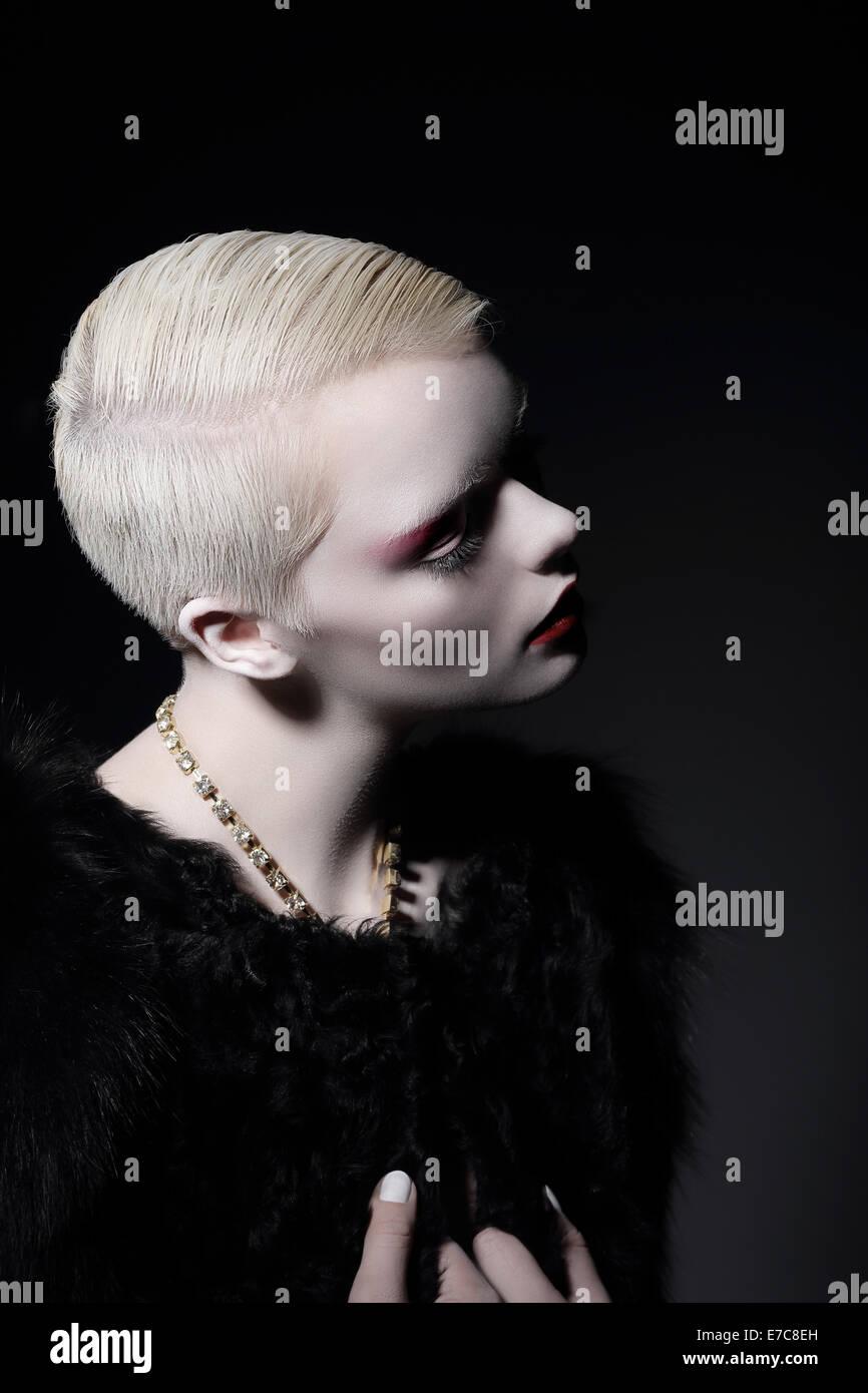 Individualität. Glamouröse gut gekleideten blonden Frau mit Kurzhaarschnitt Stockbild
