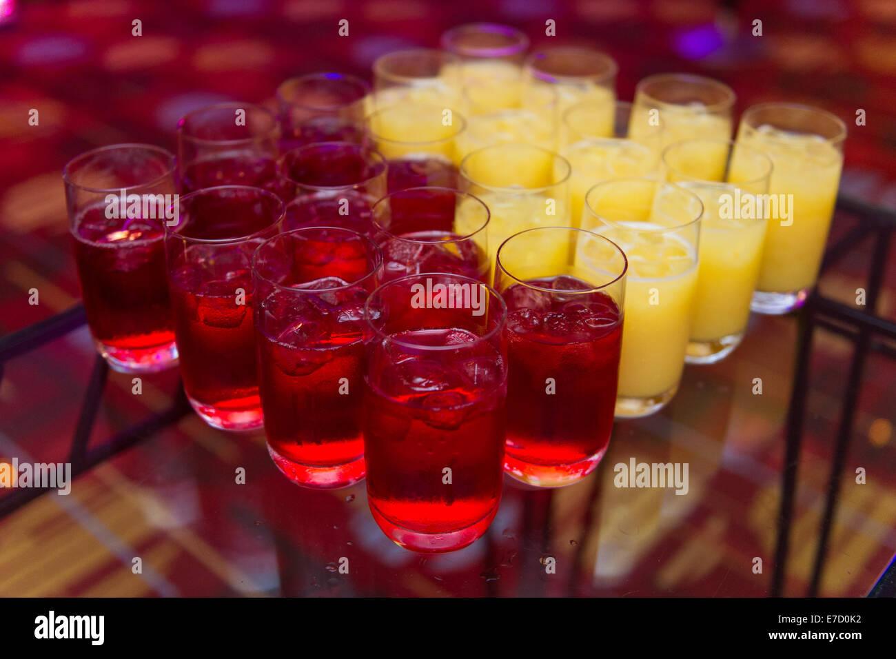 Nicht-alkoholische Auswahl an Getränken bei einer Veranstaltung ...