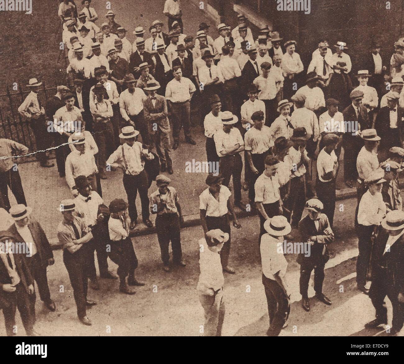 White-Mitarbeiter von der Chicago Stock Yards Spott auf Afro-Amerikaner, wie sie Arbeit zu beenden und schnell nach Stockbild