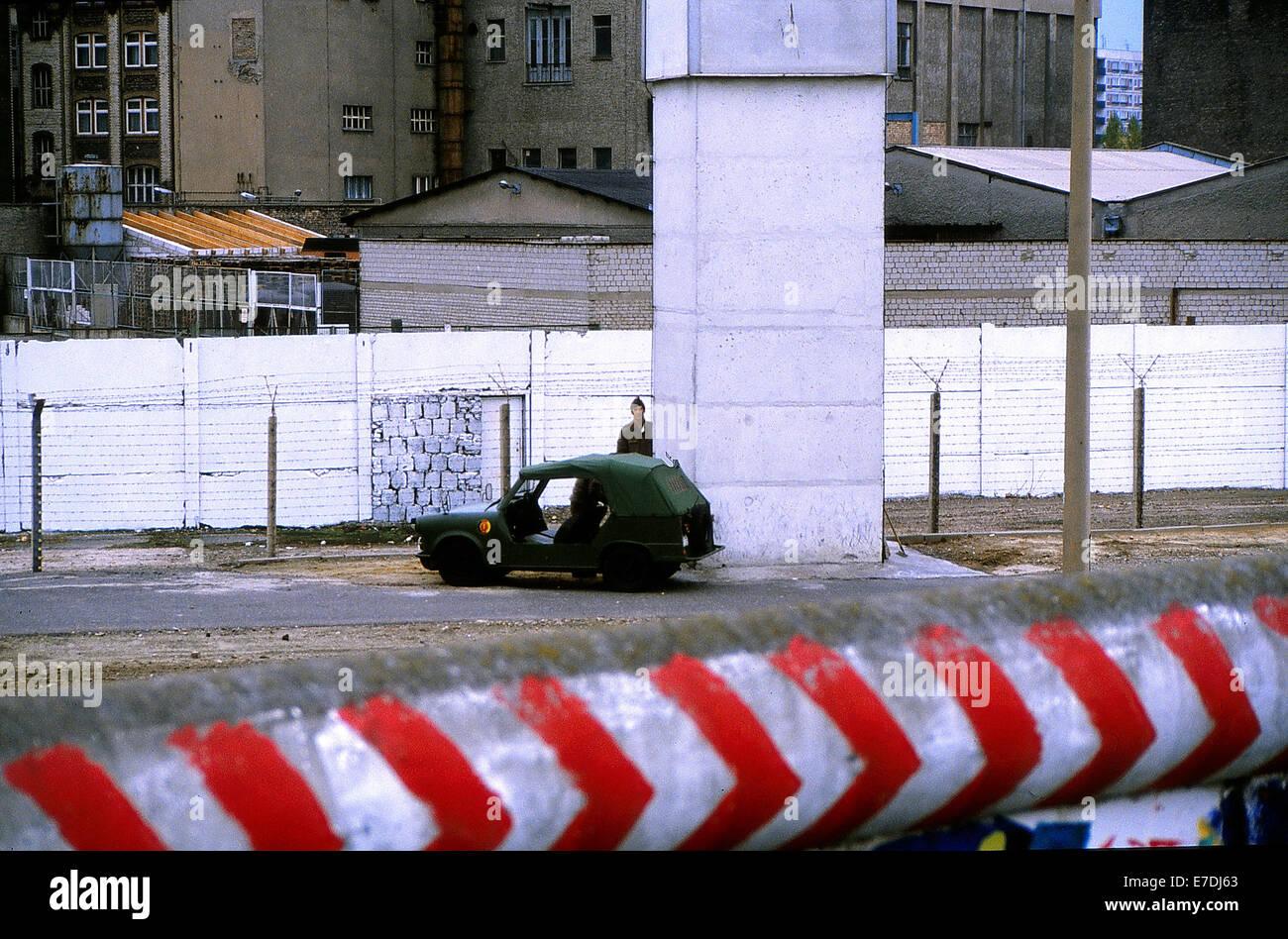 DDR Grenze bewacht Patrouille in einem Trabant Kuebel den Grenzstreifen entlang der Berliner Mauer in Berlin, Deutschland, Stockfoto