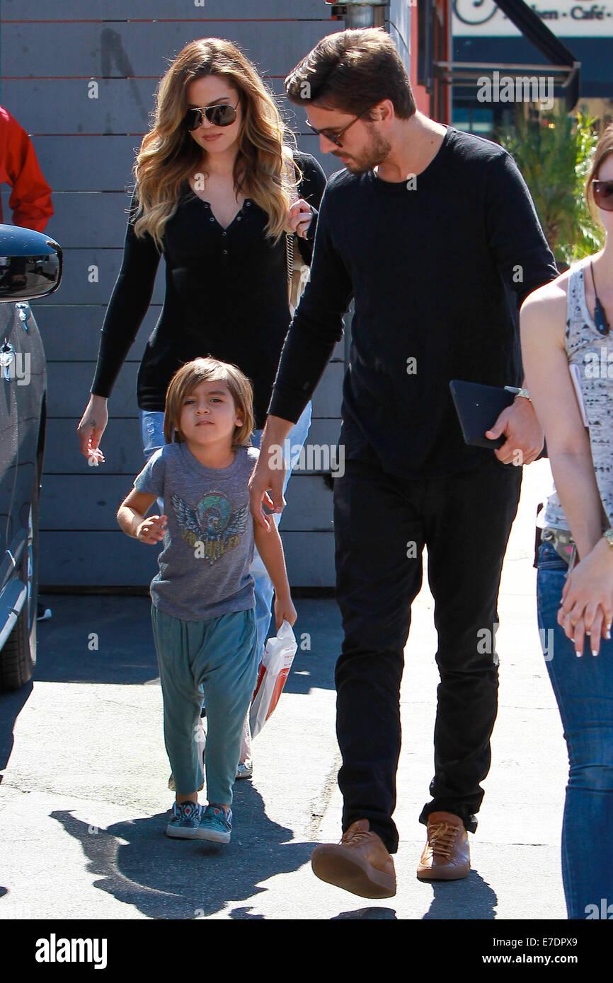 """Scott Disick und Khloe Kardashian mit Mason, Dreharbeiten Szenen für """"Halten sich mit The Kardashians"""" Stockbild"""