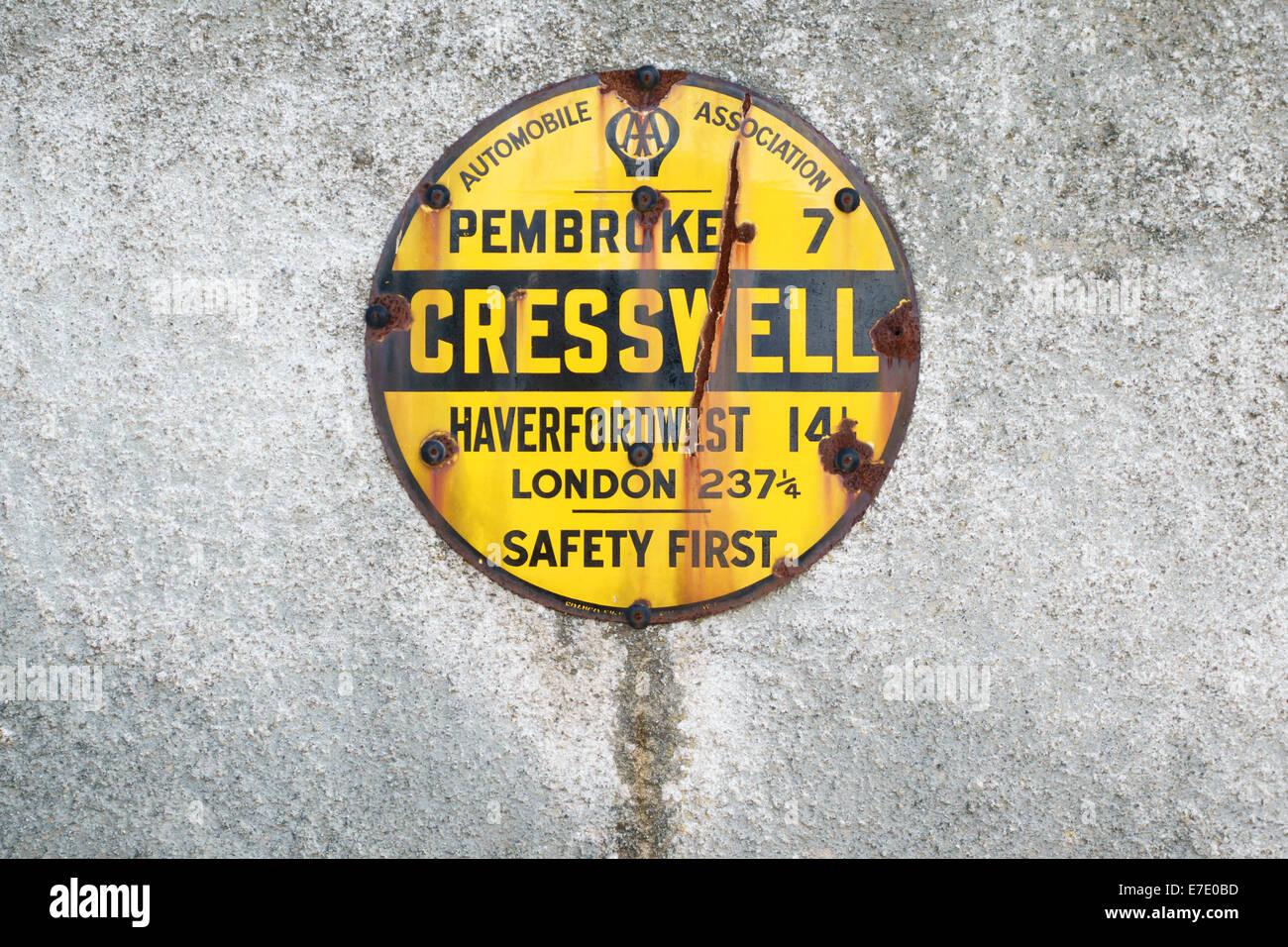 Eine alte AA (Automobile Association) gelbe Schild am Cresswell Quay, Pembrokeshire, Wales, UK. Stockbild