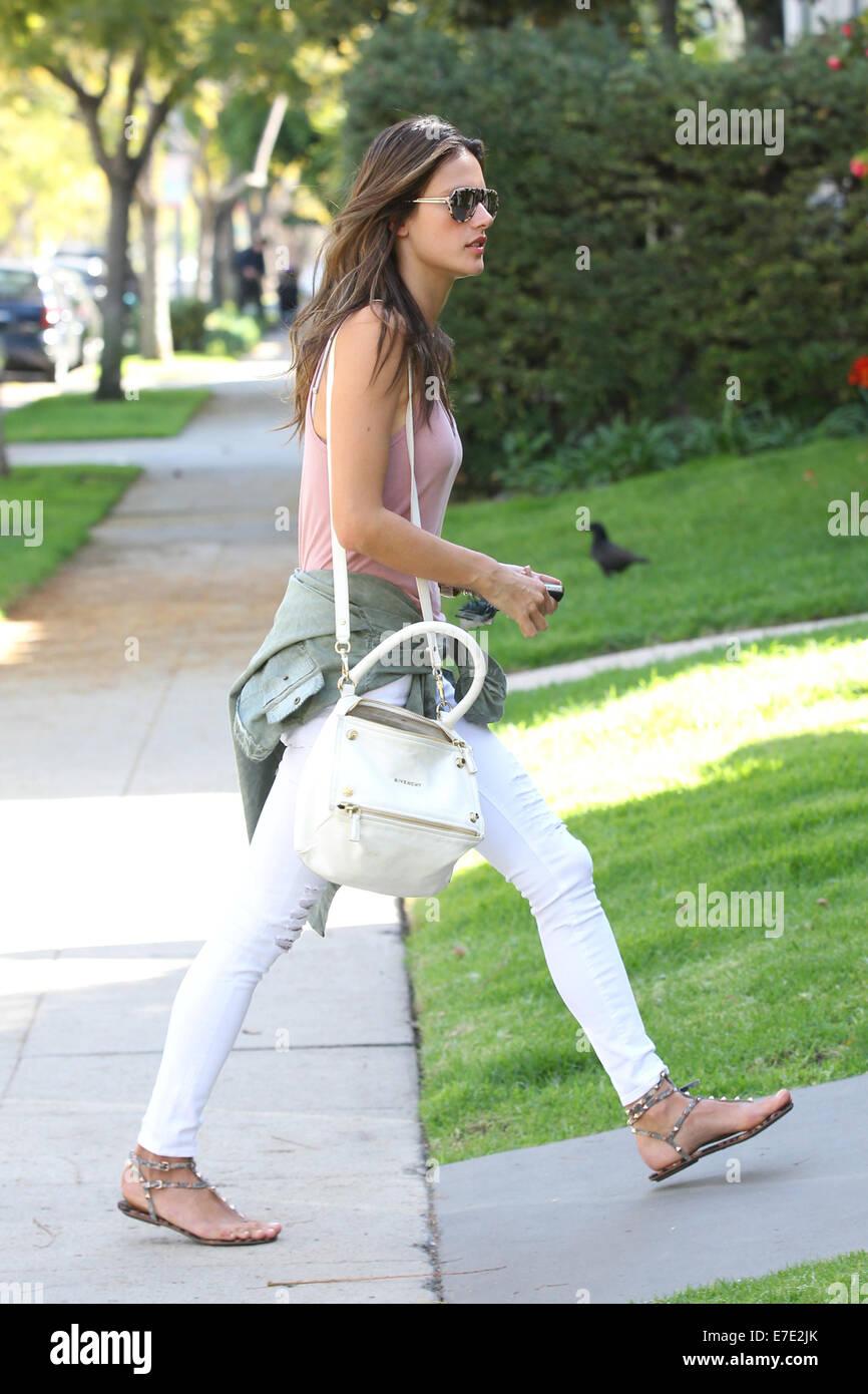 5f7fcb253bd6 Alessandra Ambrosio kommt bei einem Freund in Beverly Hills trug ein rosa  Top und Weiße Röhrenjeans