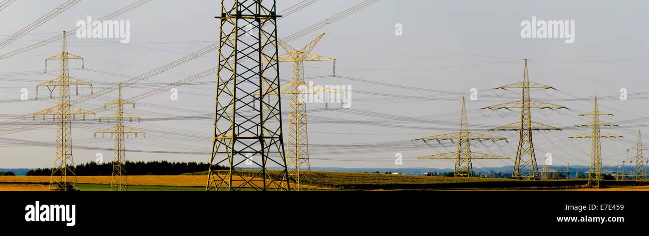 Gruppe von vielen elektrischen Pylonen in Bayern, Deutschland Stockbild