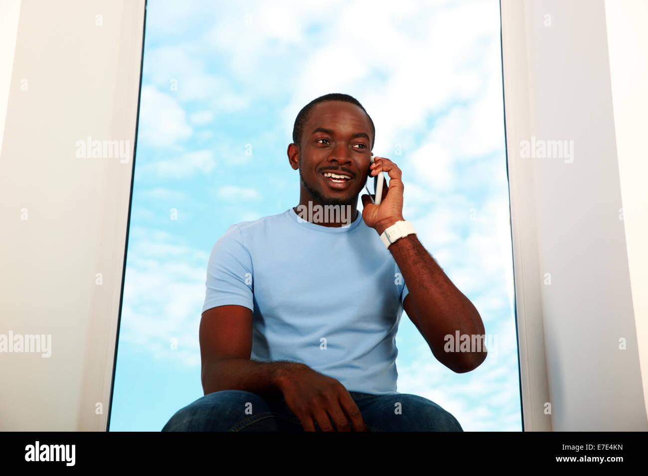 Portrait des afrikanischen glücklich am Telefon sprechen Stockbild