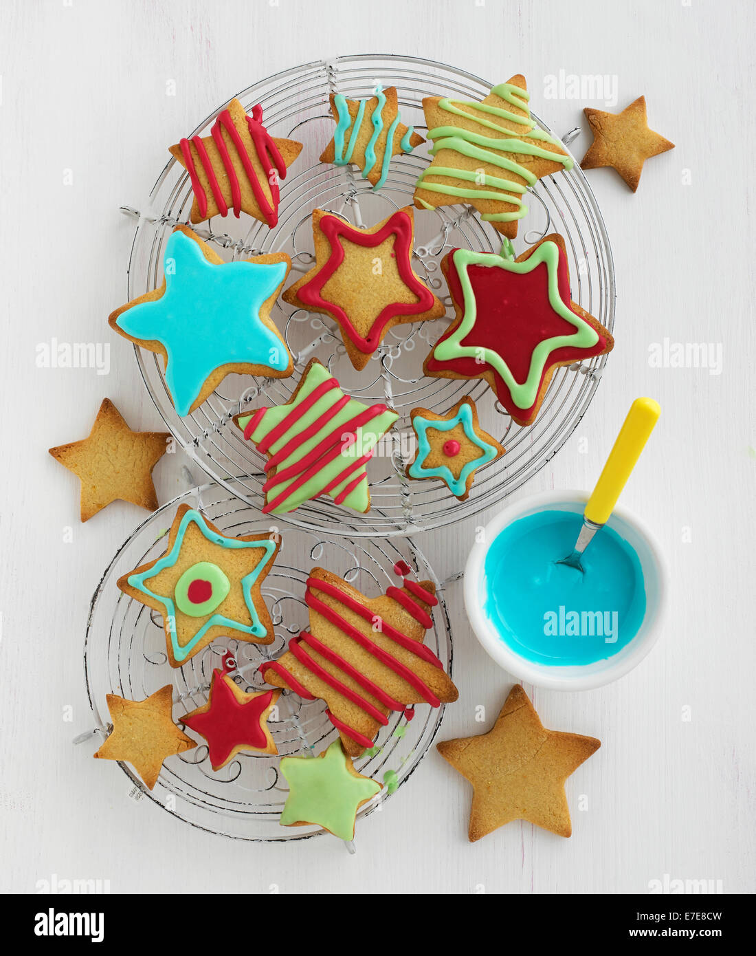 Sternförmig Kekse mit farbigen Zuckerguss Stockbild