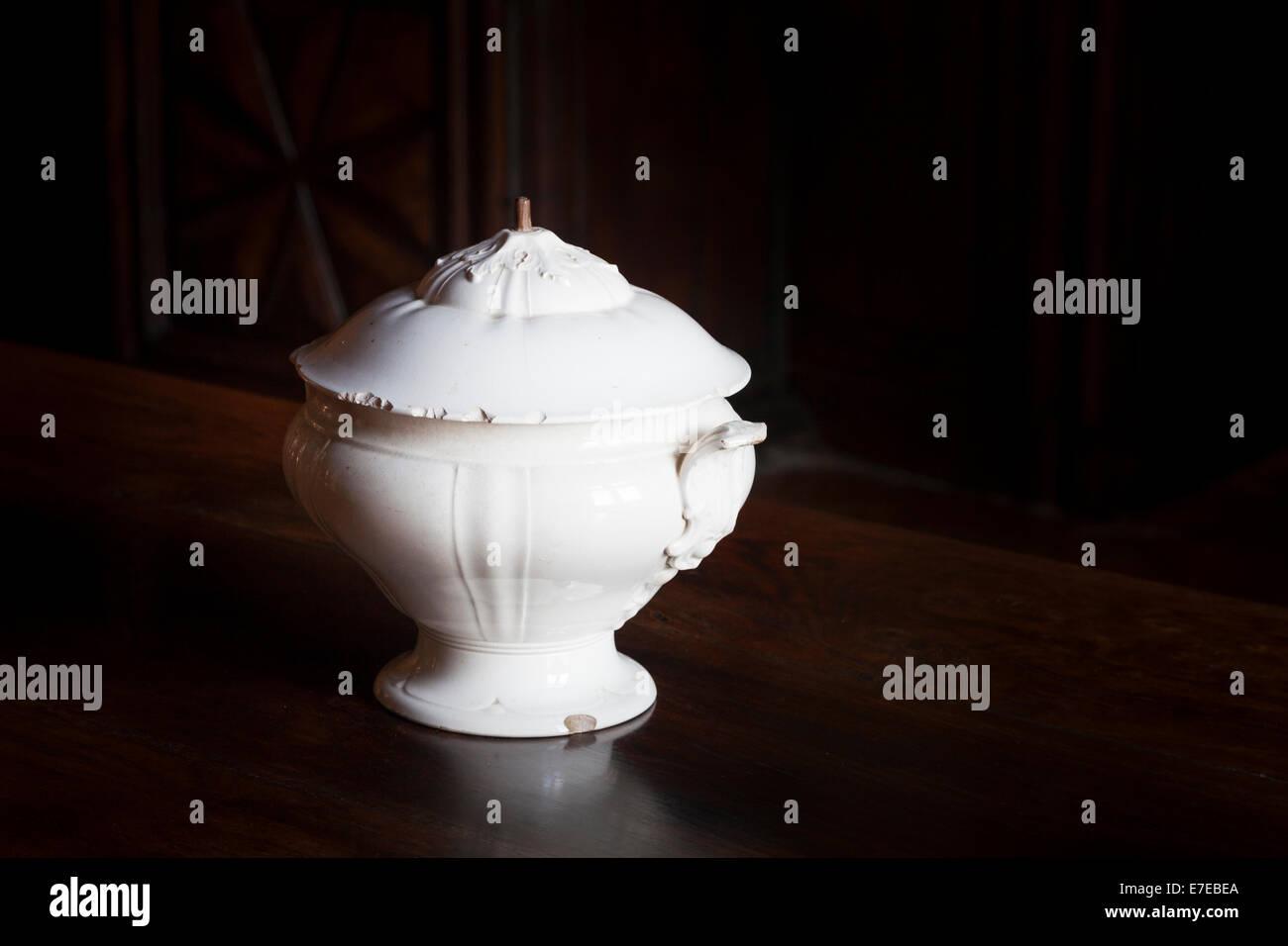 Ein Porzellan Terrine im kleinen Salon im französischen Chateau de Monbazillac Stockbild