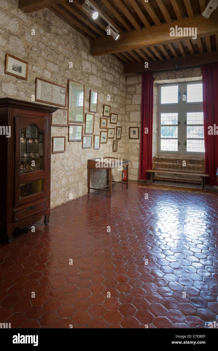 18c Ton gefliesten Fußboden im Flur im französischen Chateau de Monbazillac. Stockbild