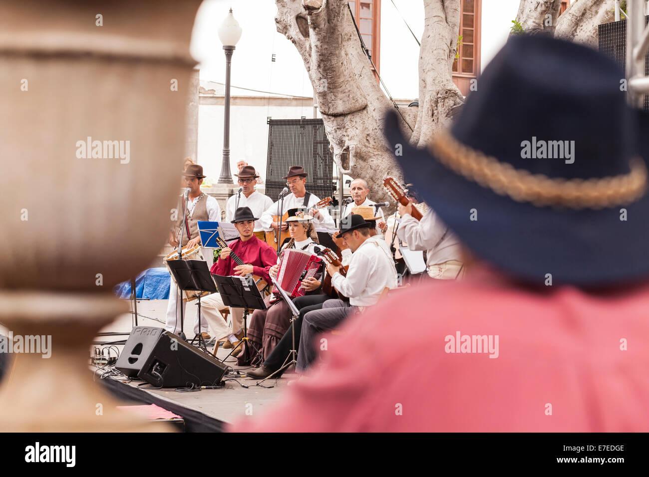 Beobachten die Kanarischen Folkband Samara auf der Bühne bei der Fiesta in Guia de Isora, Teneriffa, Kanarische Stockbild