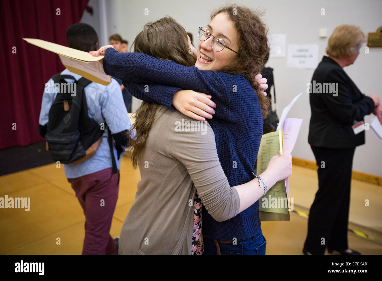 Schülerinnen und Schüler feiern ihre GCSE-Ergebnisse in der Schule Telford, Shropshire, UK Stockbild