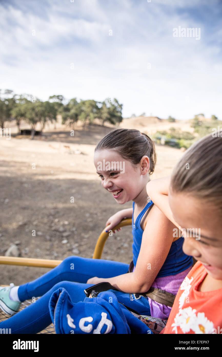 Mädchen lächelnd in einem Safari-LKW Stockbild