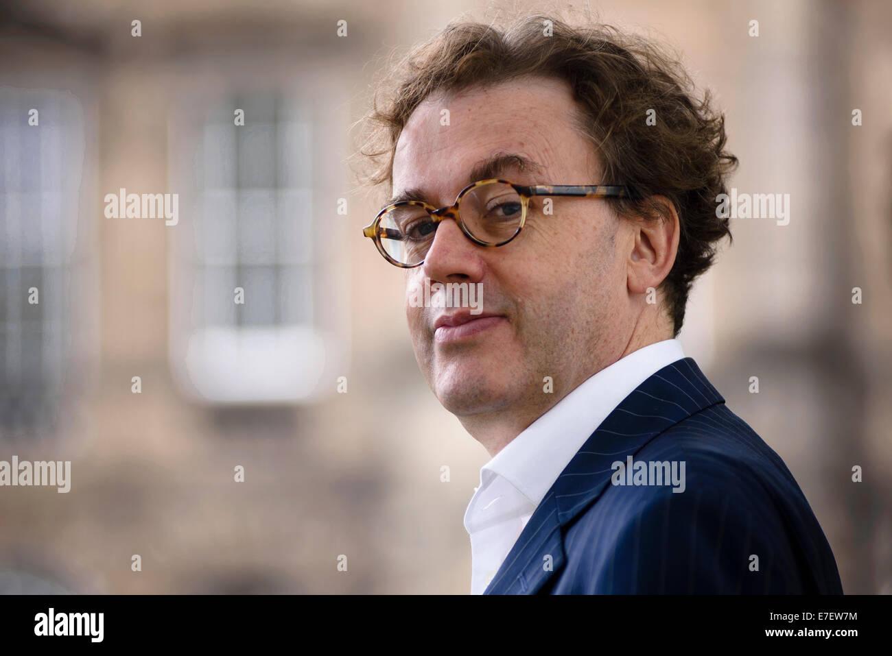 Komponist und Festivaldirektor Jonathan Mills erscheint das Edinburgh International Book Festival. Stockbild