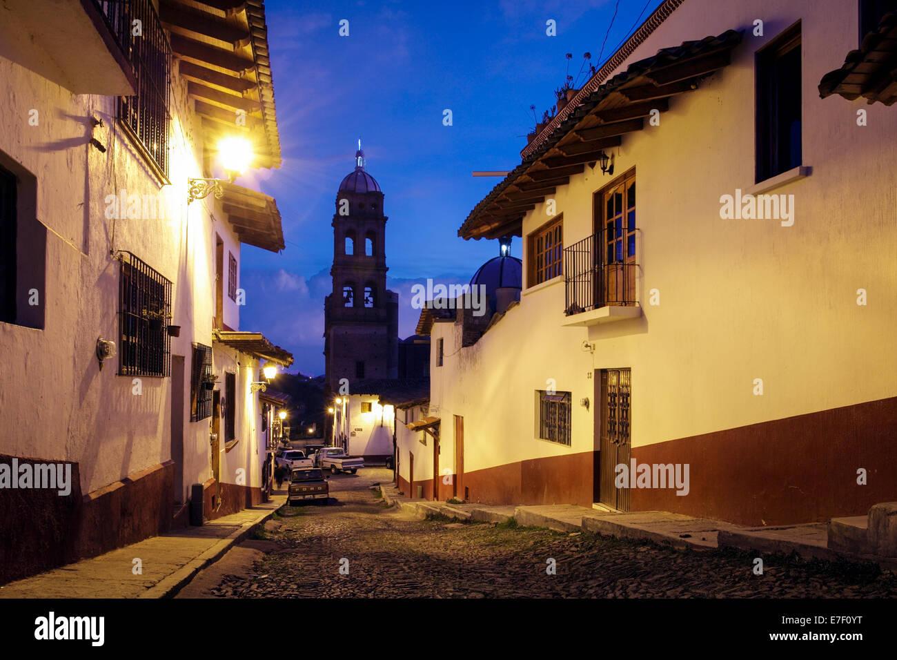 Lamplit Straße mit Kopfsteinpflaster der Tapalpa, Jalisco, Mexiko in der Dämmerung. Stockbild