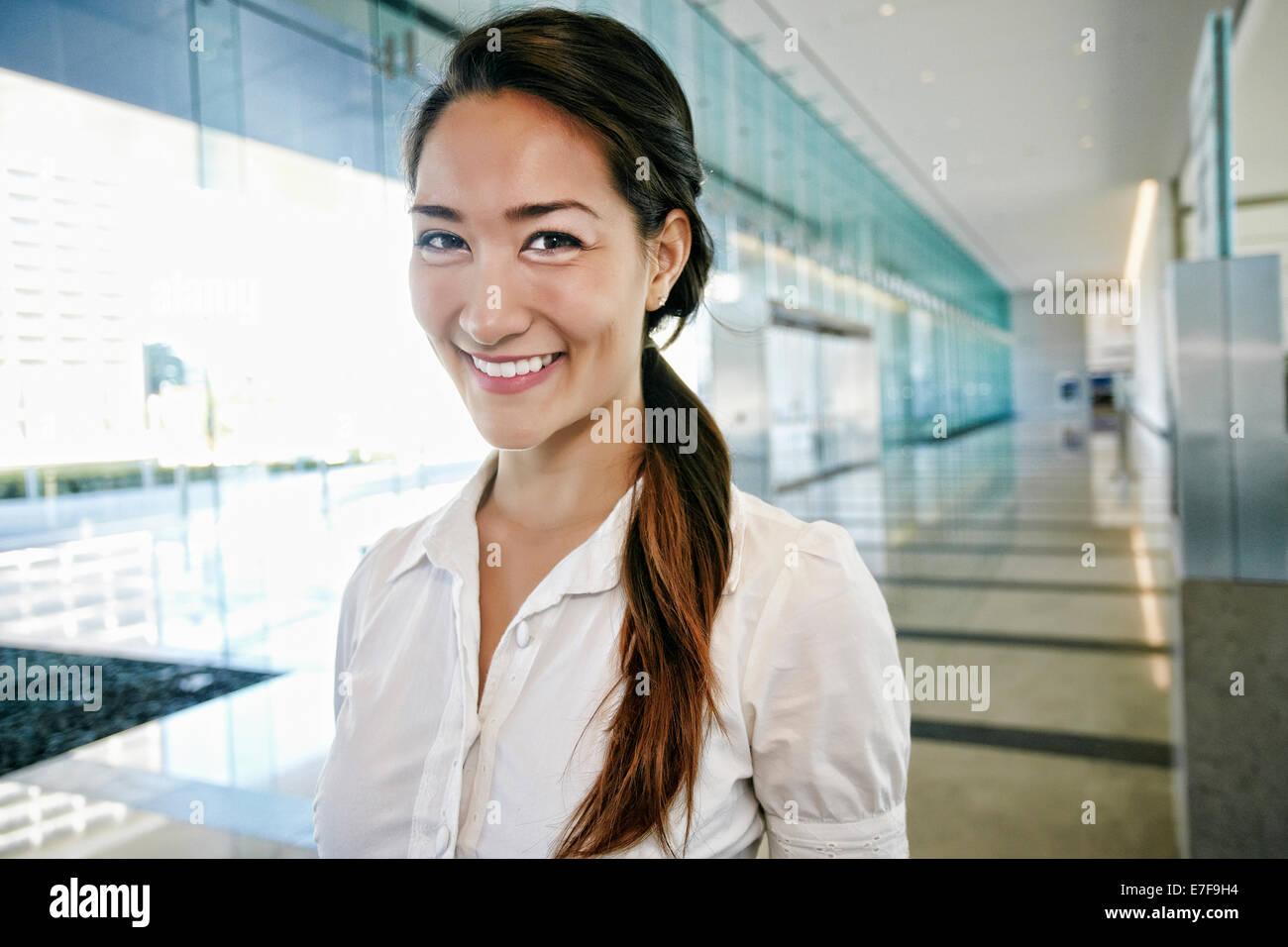 Gemischte Rassen Geschäftsfrau lächelnd in lobby Stockfoto