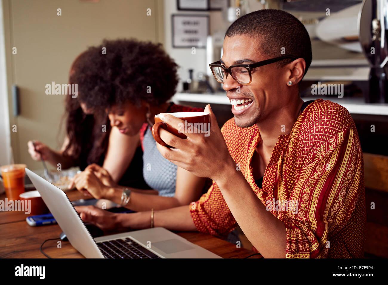 Personen mit Technologie im Coffee-shop Stockfoto