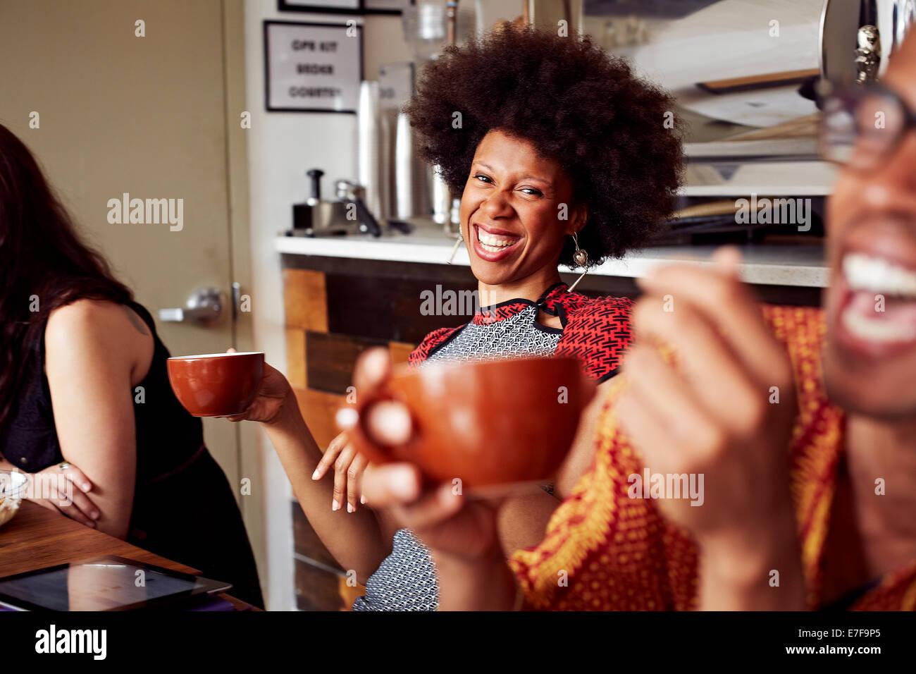Im Café lachende Frau Stockfoto
