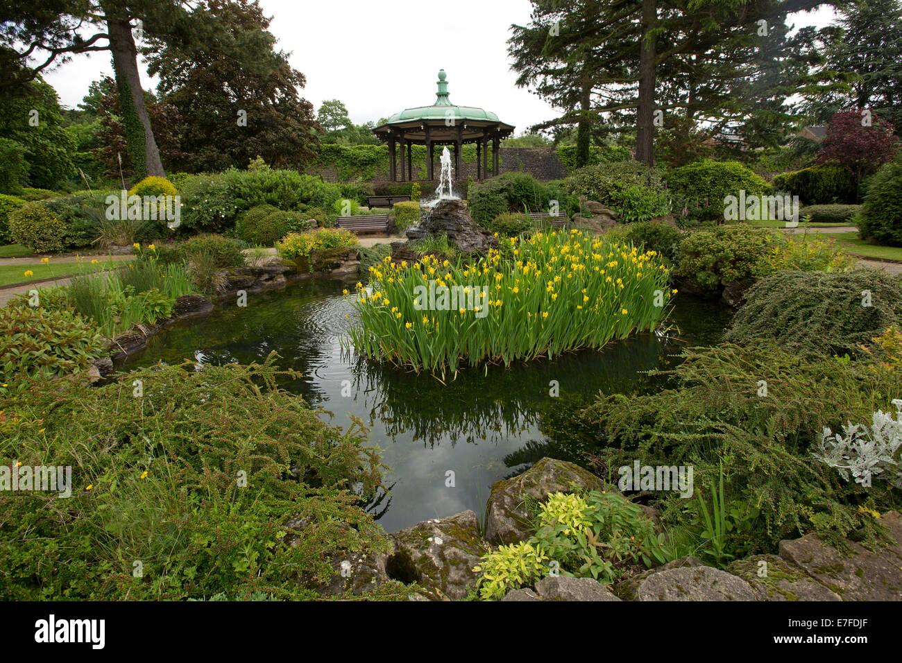Park mit Musikpavillon, Steingarten, Bäumen, Sträuchern und Teich ...