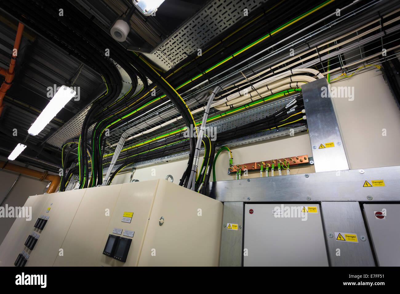 Elektrische Verkabelung Boxen im Technikraum. Stockbild