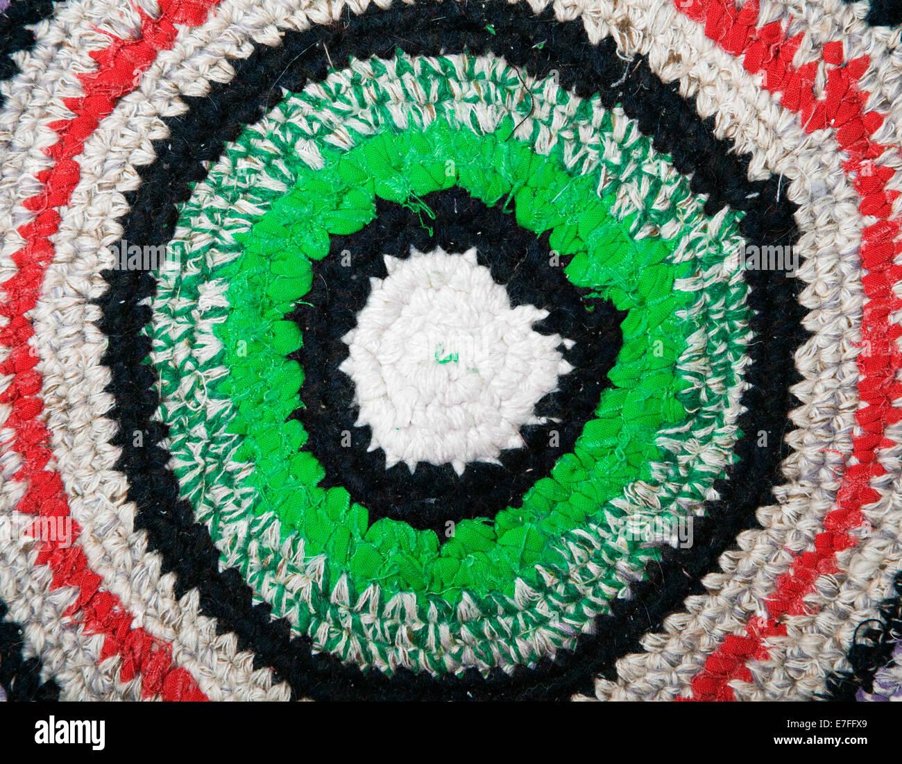 Handgefertigtes Teppich Gehäkelt Von Bunten Stoff Bänder Stockfoto
