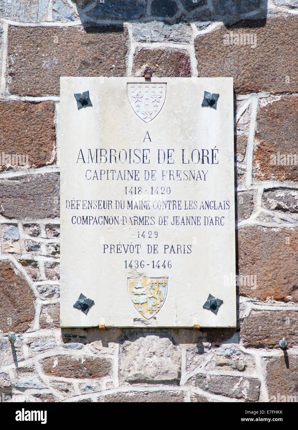 Gedenktafel für Ambroise de Loré, oberhalb der Burg Tor Fresnay sur Sarthe, Pays De La Loire, Frankreich Stockbild