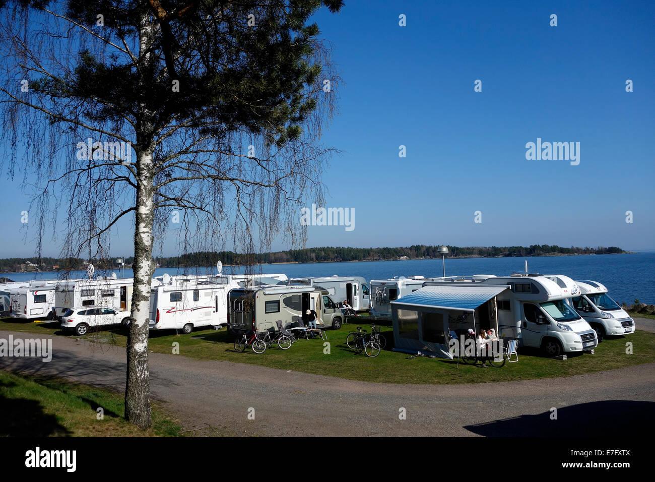 Wohnmobil und Wohnwagen einer Linie in Örnäs Campingplatz, Åmål, Schweden Stockfoto