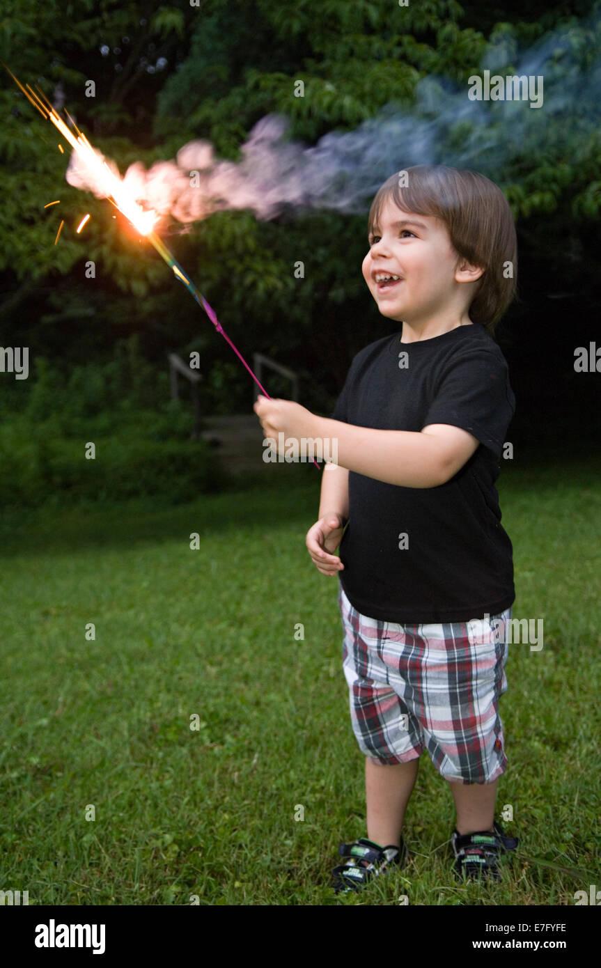 Kleinkind spielt mit Wunderkerze am Unabhängigkeitstag in Indiana Stockbild