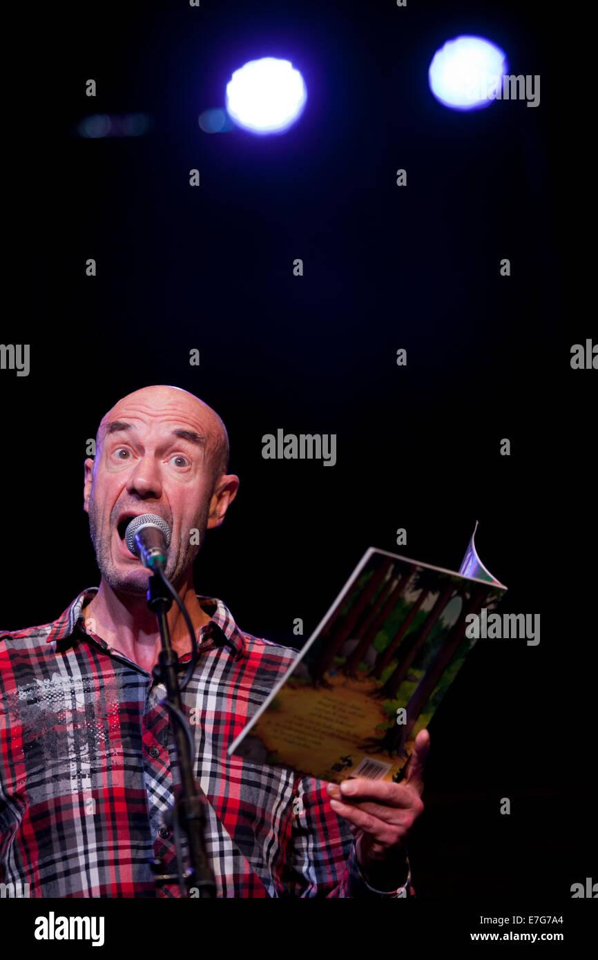 Edinburgh, Schottland. 16. Sep, 2014. Tam Dean brennen liest aus The Gruffalo während der Proben für Schwätzer. Stockbild