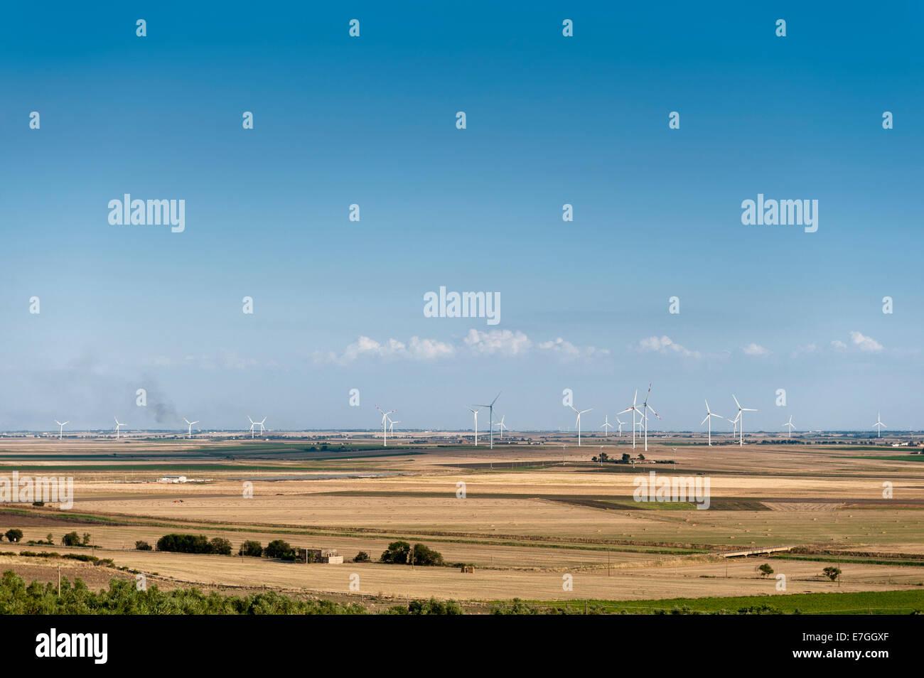 Landschaft mit Windpark mit elektrischen Strom-Generatoren Stockbild