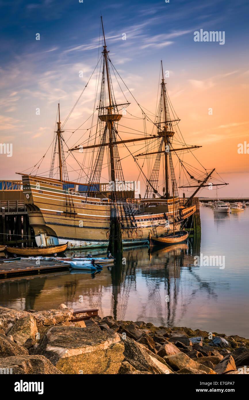 Die Sonne geht über die Mayflower II, eine Nachbildung des 17. Jahrhunderts Mayflower vertäut an State Pier in Plymouth, Stockfoto