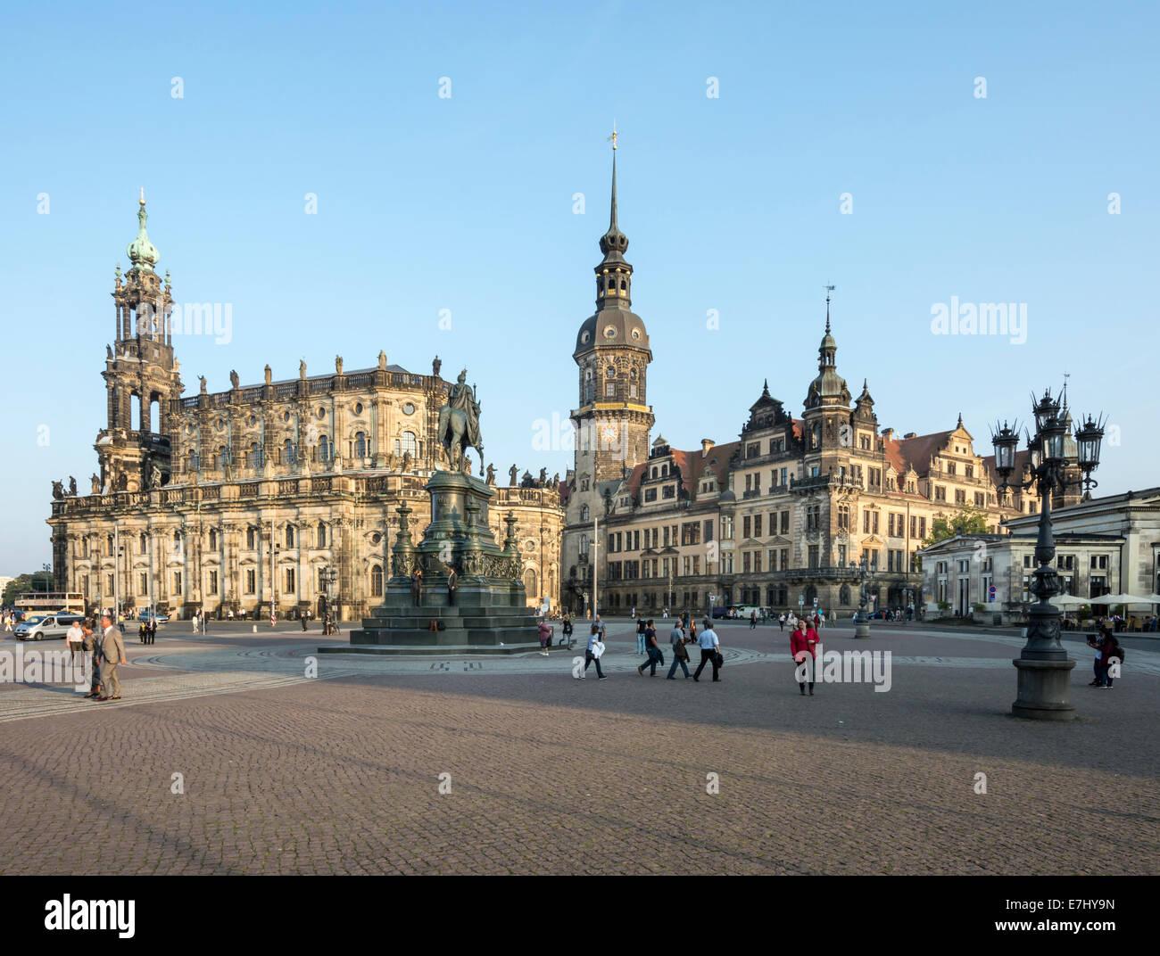 DRESDEN, Deutschland - 4 SEPTEMBER: Touristen auf dem Theaterplatz in Dresden, Deutschland am 4. September 2014. Stockbild