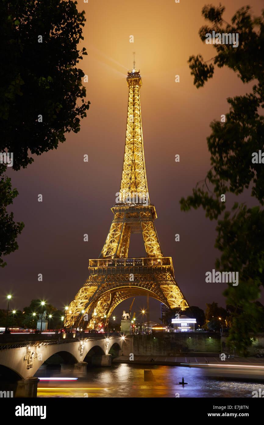 Eiffelturm in Paris bei Nacht Stockbild