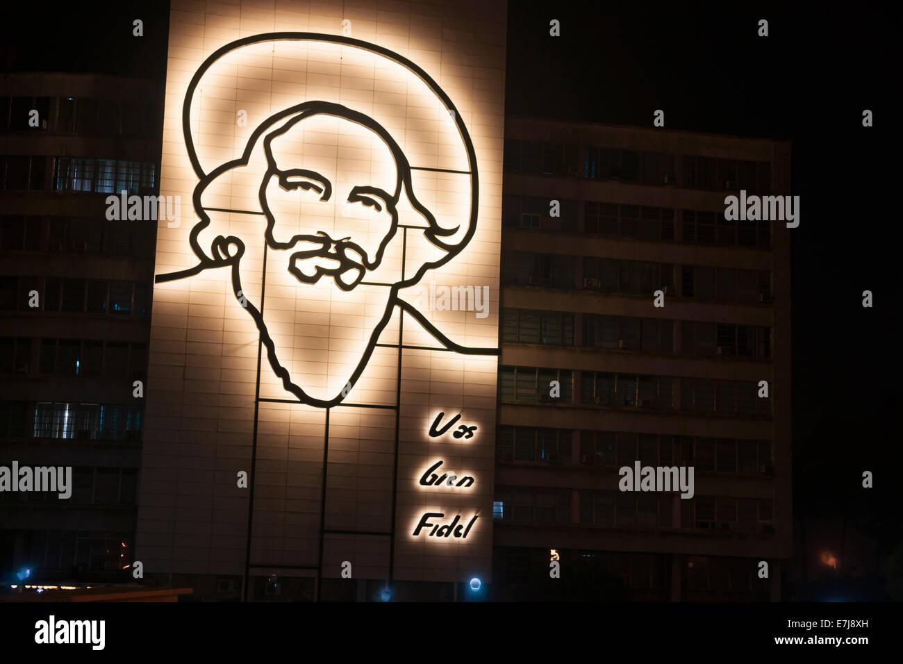 Beleuchtete Stahlskulptur von Fidel Castro auf Seite des Gebäudes in Havanna. Stockbild