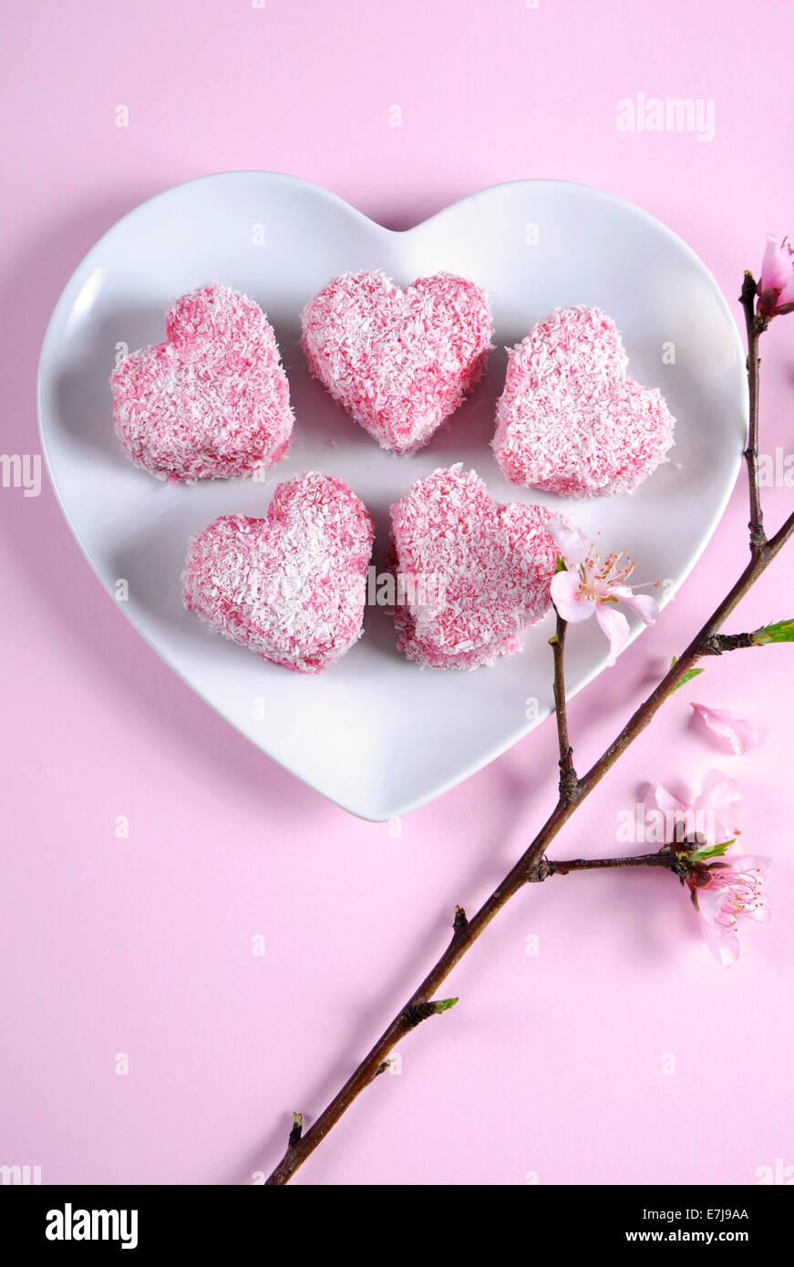 Hausgemachte australischen Stil rosa Herz Form kleine Lamington ...