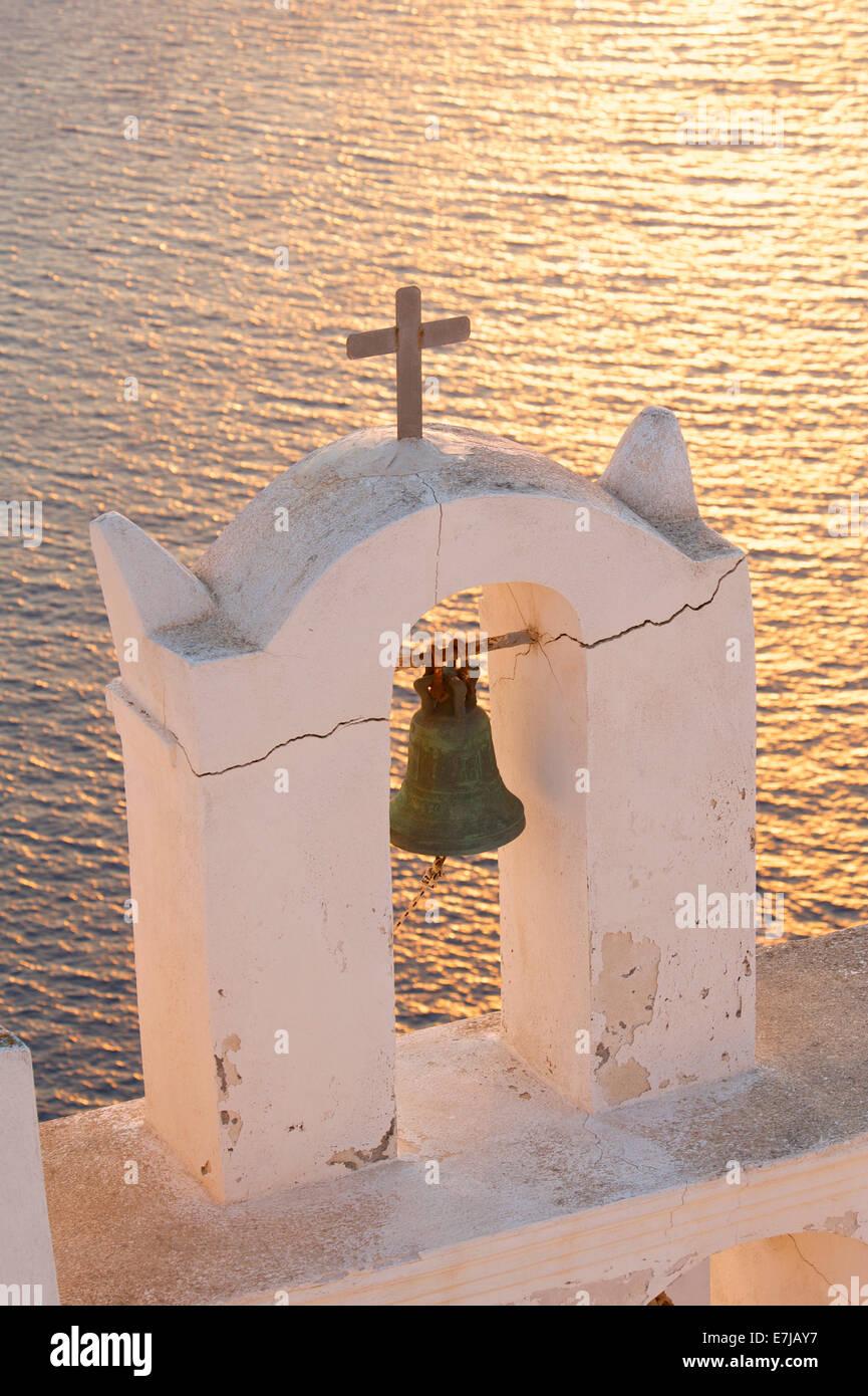 Glockenturm bei Sonnenuntergang, Thira, Santorini, Kykladen, Griechenland Stockbild